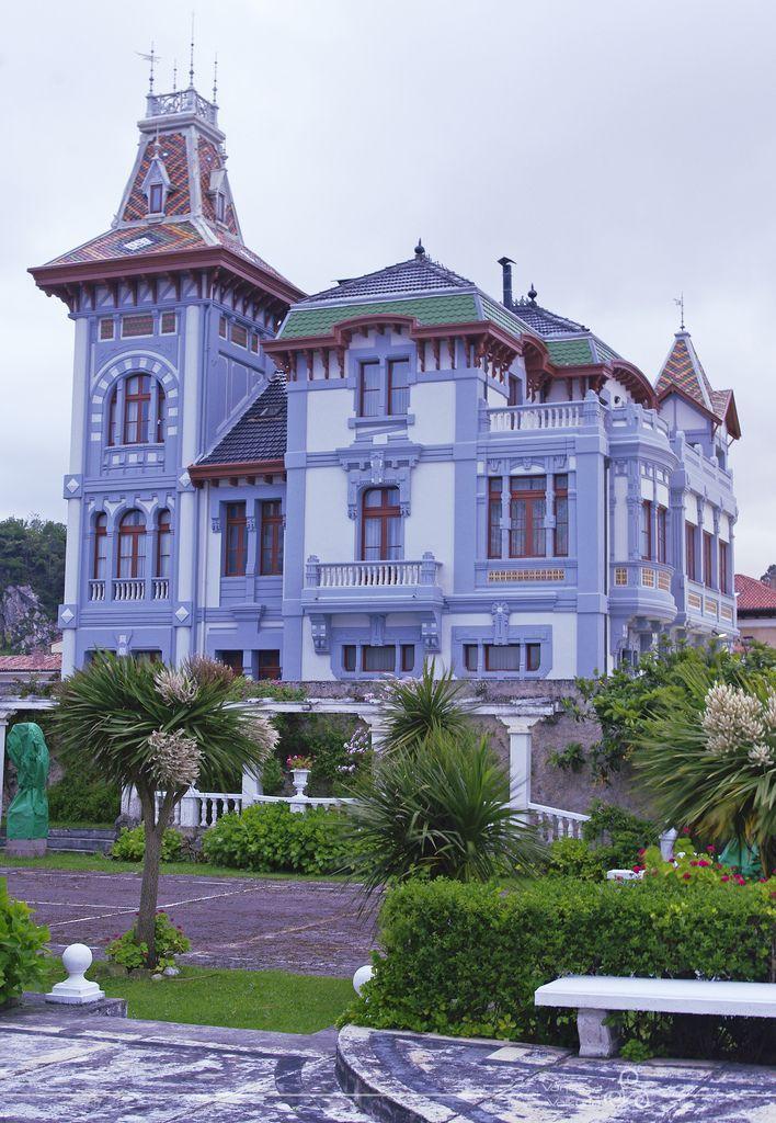 Красивый синий дом в викторианском стиле с башней