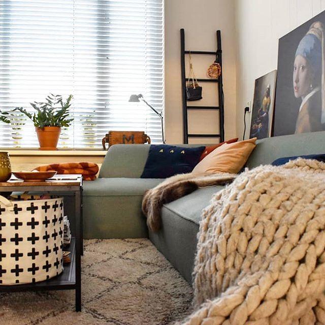 De laatste zonnestralen van vandaag in huis. Zometeen lasagne maken. M'n broer komt straks eten. Lekker wijntje erbij. Later op de avond waarschijnlijk onder deze wollen deken op de bank ploffen en wegdommelen met Netflix. Heerlijk! Fijne avond! 😚 #avondzonnetje #livingroom #myhome #myhometoinspire #homedecor #homedecoration #homeinspo #interieurinspiratie #interieur #interieurstyling #interiorstyling #interiorlover #interior #interiors #interior123 #interieur123 #interior4all #stoerwonen…