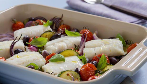 Torsk og grønnsaker bakt i samme form i stekeovnen er en god og enkel måte å lage middag på. Du kan bruke det tilbehøret du ønsker, i denne oppskriften foreslår vi potetmos.
