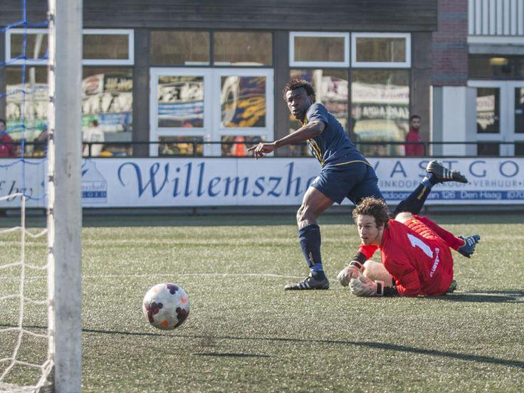 Haaglandia spits Henry Chidozie Ugwunna laat doelman Snijders van Be Quick 1887 kansloos en tekent voor de 2-0.  Foto: Frans de Best
