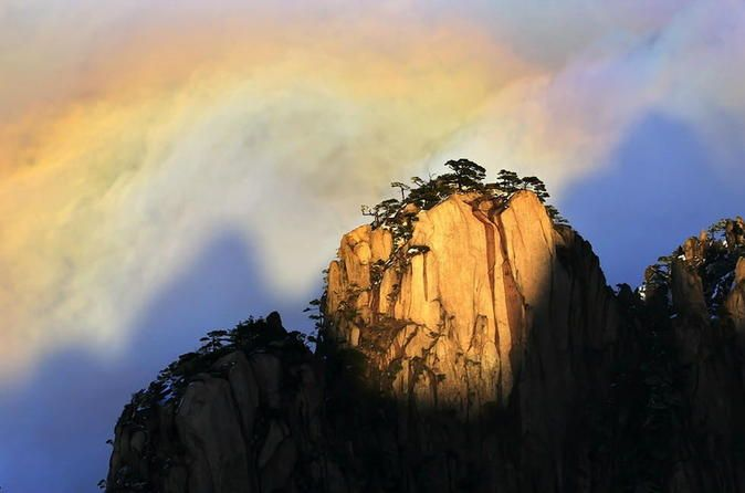 Huangshan Railway Station Transfer to Huangshan Hotels with Huangshan Mountain Sightseeing Book the convenient Huangshan Railway Station Arrival Transfer that includes a sightseeing tour to Huangshan Mountain. Huangshan Mountain, formerly called Yishan Mountain, is one of the ten celebrated scenic spots in China and the only one in mountainous region. After the relaxing tour, you will be taken to your hotel either on the top of Huangshan Mountain or in Huangshan City center.En...