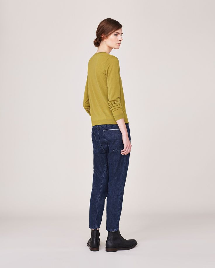 FINE WOOL LAYERING SWEATER | Soft, neatly fitting layering piece in richly coloured, very fine merino wool.
