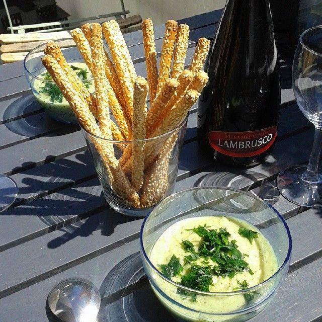 En entrée ce midi, velouté froid de courgettes au cumin avec gressins accompagné de Lambrusco, un vin rouge pétillant italien ! #Lambrusco #gressins #courgette #soupefroide #gaspacho