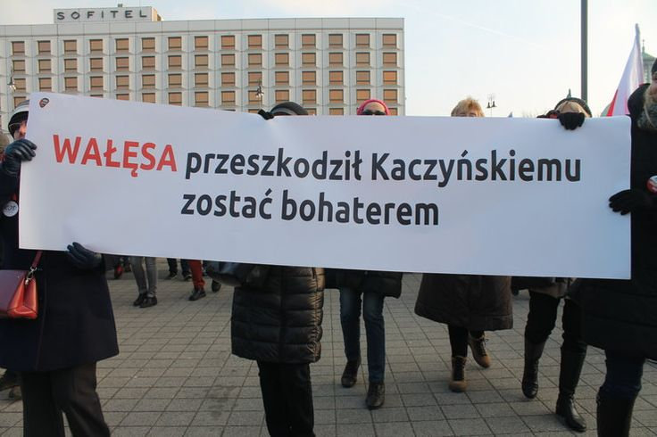 """""""Naród podzielony działa na żetony"""". Transparenty na marszu KOD - Wiadomości"""