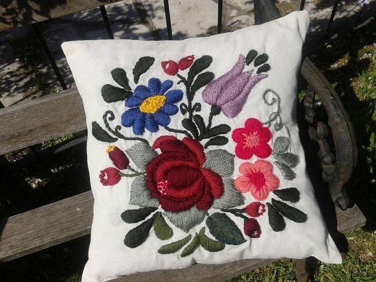 Almohadón bordado a mano Línea Flores Bohemias - comprar online