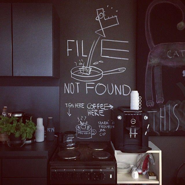 UAX! Čmáračka v kuchyňi...  #tabulovka #kridamaToPujdeDoluAzasePakNecoNoveho #chalkboard #paint #kitchen #wall #doodles #design #interior