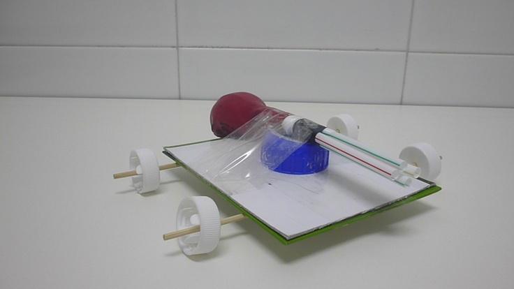 Experimento: Sencillo experimento que mueve un coche mediante el aire que expulsa un globo.