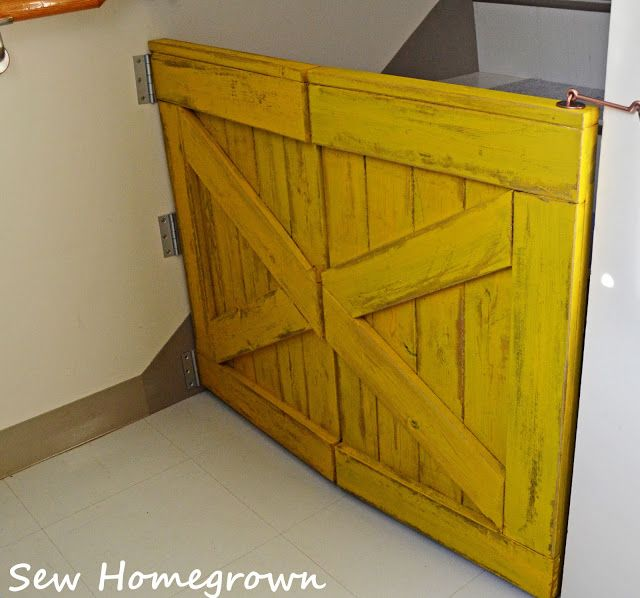 pallet baby gate, option to hinge in the center for space save