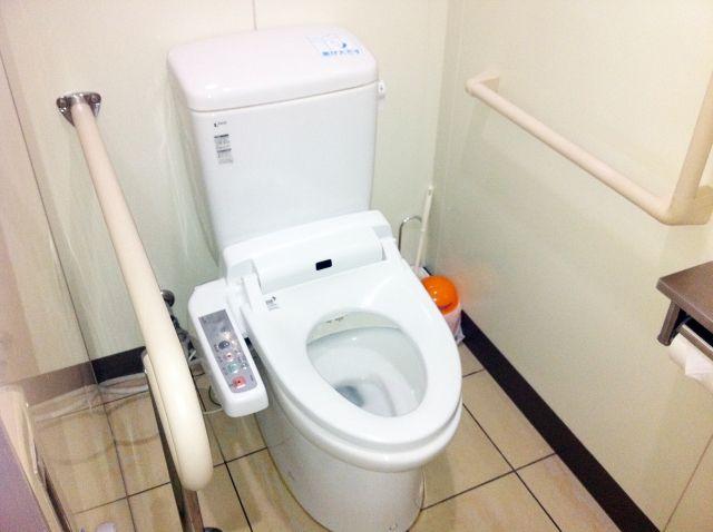 トイレの床タイルの正しい掃除の仕方 目地の黒ずみや水垢 尿石汚れを