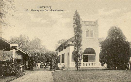 Woning van den Administrateur van 'S Lands Plantentuin in Buitenzorg circa 1900.