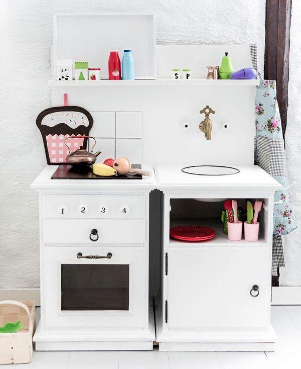 PILUTTA DIG! SÅ FIXAR DU ETT BARNRUM MED MADICKENKÄNSLA: Så bygger du miniköket: 1. Bakstycket är gjort av en vitmålad mdf-skiva. 2. Spisen och köksskåpet med vask är gjorda av två nattduksbord med skåplucka och lådor upptill. 3. Själva diskhon är gjord av en emaljskål som försänkts i ett försågat hål ovanpå ena nattduksbordet. 4. Kranen ovanför diskhon är ett second hand-fynd. Varm- och kallvattenknoppar från Bauhaus. 5. Köksknoppar med siffror på, TGR. Övriga beslag kommer från Bauhaus…