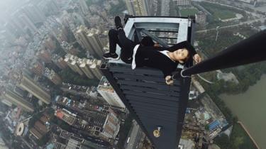 Seputar kita: Pendaki atap di Cina meninggal dunia pada musim gu...