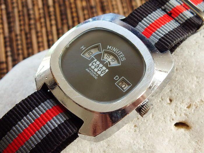 KAST 3-venster grote zaak Jump Hour - mannen Windup Watch - Vintage jaren 1970  Een van de zeer zeldzame sprong uur model: CASE 3-venster springen uur. Het heeft 3-venster Toon uur minuten en datum.Merk: CASEVerkeer: cal. FE 233-69-A - 17 juwelen - AntimagneticGeval-grootte: 37.5mm (zonder de kroon) Lug-naar-Lug: 41.2mmBand-grootte: Past tot ca. 21 cm (pols grootte) sjouwen: 20 mmService: Het horloge werd onlangs gecontroleerd door een ervaren horlogemaker voordat de veiling.Voorwaarde…