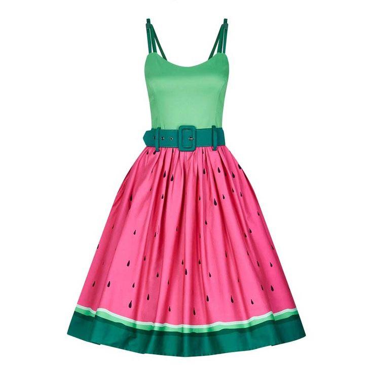Collectif. De Jade Watermeloen swing jurk is een fruitige droom! Het lijfje is een heldere groene tint met de klassieke, hartvorimge hals en donkergroene dubbele schouder bandjes met strik detail. Geplooide rok met steekzakken, een donkergroene brede riem met metalen oogjes en een rits aan de achterzijde. Watermeloen roze, met zwarte pitten rok en een multishade groene schil.