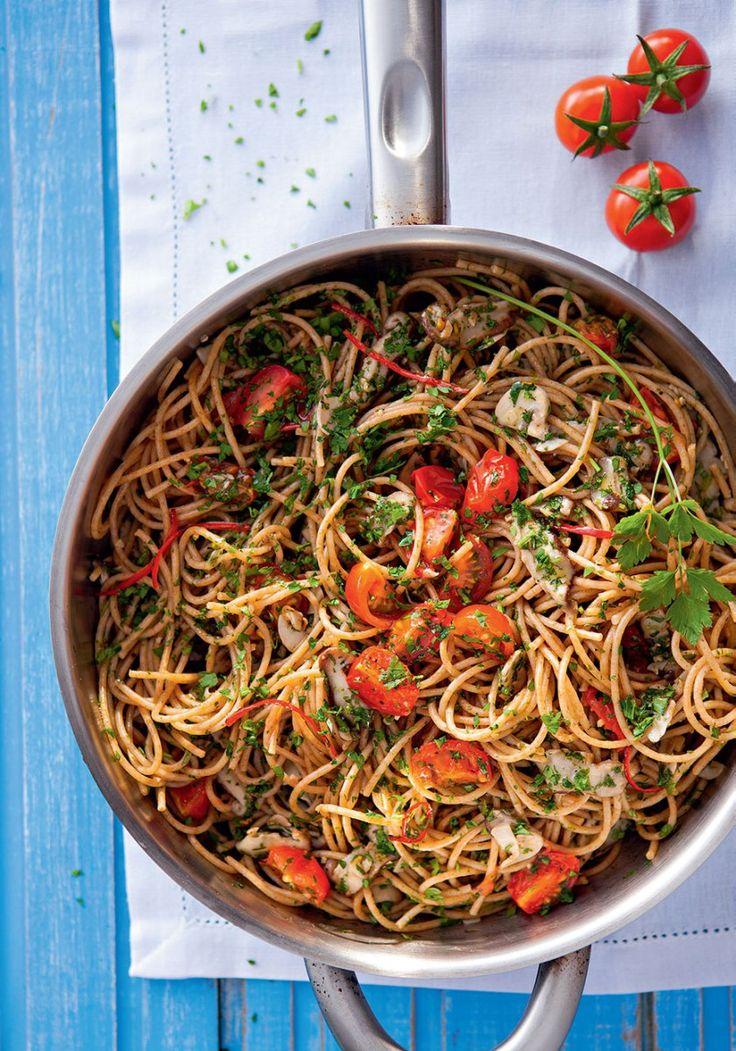 Em uma frigideira, coloque 1 colher do azeite e doure o alho.Reserve. Na mesma frigideira, acrescente o restante do azeite e doure os cogumelos e, em seguida, junte os tomates.Refogue rapidamente…