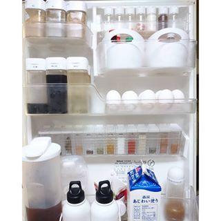 #冷蔵庫収納 続き▷▷ #ドアポケット の#収納 . 詰め替えれる物は詰め替えた\(^o^)/ #セリア の#ドレッシングボトル は目盛りを消して みりん、めんつゆやソース類を。 調味料ボトル(左上)には今までコンロの前に置きっぱだった うま味調味料や塩コショウを入れて 冷蔵庫にしまう事にした! ズボラだからコンロ周りに何も置かない!笑 . まん中にズラ~っと並んでるのは #キャンドゥ のスパイスボトル。 ピッタリで気持ち良い~♡ . アラザンやチョコスプレー(右上)は 化粧水とかを小分けにするボトルケース?に入れてます。 これ少しずつ出てきて便利なの(*≧∀≦*)♡ . 詰め替える程でもない物(粉チーズやブランデーなど)は #ダイソー のコジオル似ケースに隠してますww . #100均 大活用!笑 #ケチャマヨは麦茶の後ろ #牛乳主張激しいな . #シンプル #simple #モノトーン #モノトーンインテリア  #monotone #白黒 #白黒マニア #冷蔵庫 #整理整頓 #テプラ #ラベル #daiso #Seria