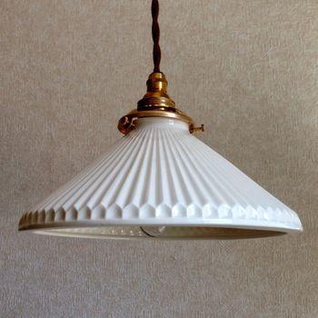 広がった円錐型に鎬の縞が美しいランプシェードです。碗を逆さにしたようなシルエットが陶磁器らしさを楽しめる作品ですね。縁の稜線が華やかさを演出しています。