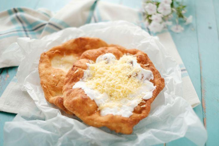 Egy finom Kefires lángos (sajtos-tejfölös) ebédre vagy vacsorára? Kefires lángos (sajtos-tejfölös) Receptek a Mindmegette.hu Recept gyűjteményében!