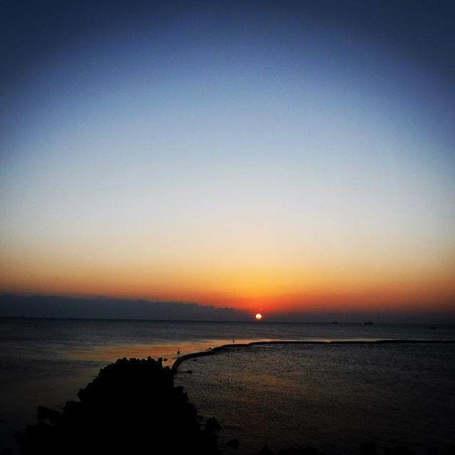 【fumika0304】さんのInstagramをピンしています。 《またいつもの冬の小松海岸。穏やかで、波なし。 ランニングと散歩でまかなう。。。 #ノーサーフ #海 #朝日 #波なし #穏やか #海のある生活 #小松海岸 #写真》