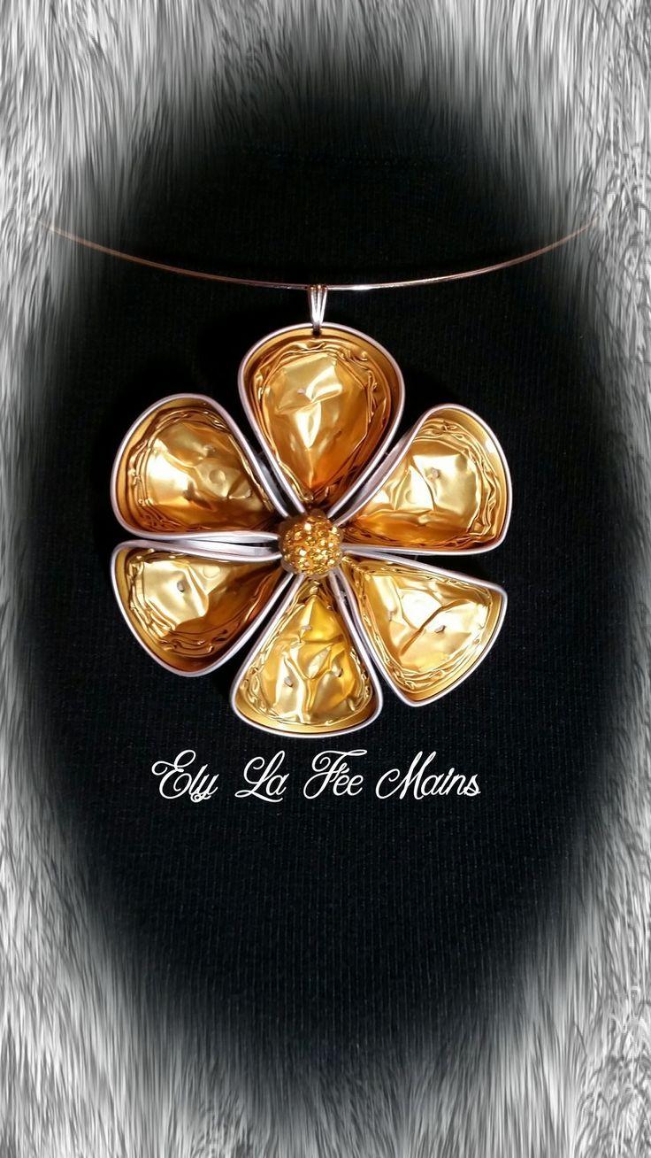 Pendentif fleur Artisanal avec capsules Nespresso, sur ras de cou.