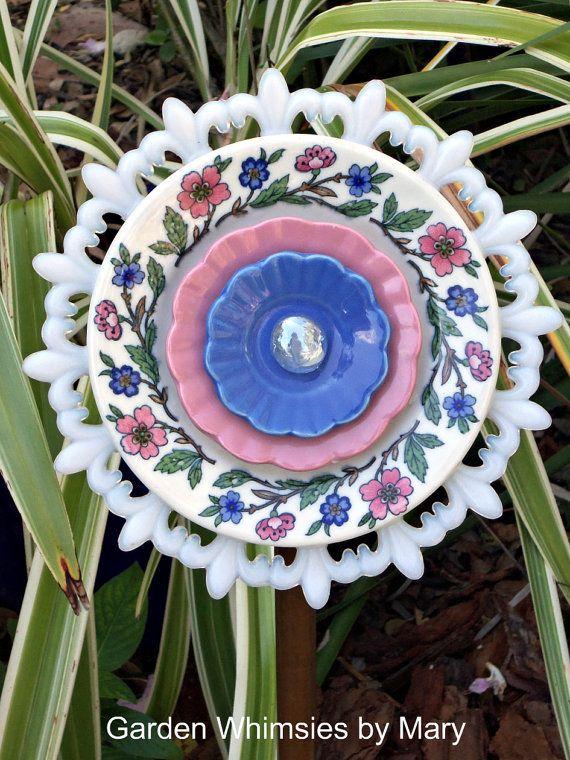 Garden art from vintage plates tr dg rdstips pinterest for Garden art from old dishes