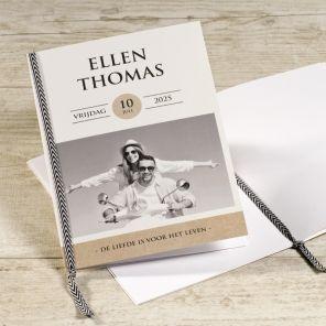 Tijdens de huwelijksmis of ceremonie geef je aan alle aanwezigen een heel persoonlijk boekje metde teksten en het verloop van de viering. #ceremonieboekje #kaftje |Tadaaz www.tadaaz.be
