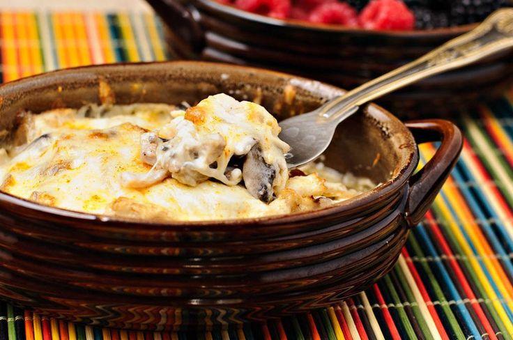 Жульен с курицей и грибами<br> <br>Ингредиенты <br>- 1/2 шт. курица (грудка) <br>- 150 гр. шампиньоны (или лесные) <br>- 1 шт. репчатый лук (большого размера) <br>- 250 гр. сыр (Сулугуни или полутвердых сортов) <br>- 1/2 стакана сливки <br>- 1 ст.л. сливочное масло <br>- 1 ст.л. мука (пшеничная)..