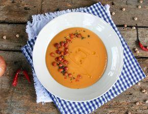Batátový krém se šafránem a kokosovým krémem, krok 3: K cibuli přisypte koriandr, pár vteřin promíchávejte. Přidejte batáty a zalijte vodou či vývarem. Osolte, přidejte chilli a šafrán a pod pokličkou vařte doměka.