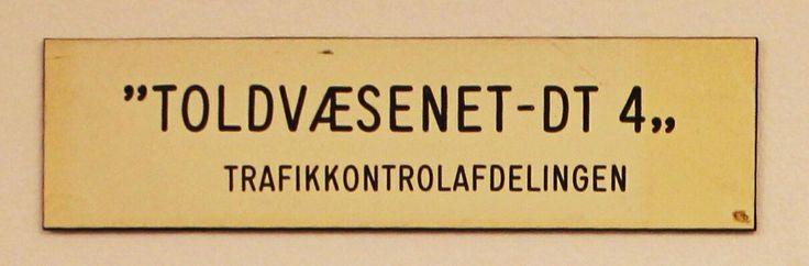 Toldvæsenet var fra de store rationaliseringer sidst i 1960'erne og frem til 1990 organiseret med Direktoratet for Toldvæsenet som den centrale enhed og med et skiftende antal distriktstoldkamre som lokalforvaltning. Sidst i 1980'erne var der 31 distriktstoldkamre i provinsen og seks i Københavns tolddistrikt. DT 4, der lå i Aldersrogade i Kbh NV, varetog bl.a. kontrol med trafikmidler i København med undtagelse af Kbhs Lufthavn, Kastrup. Kontrollen her blev varetaget af DT 1, Amager.