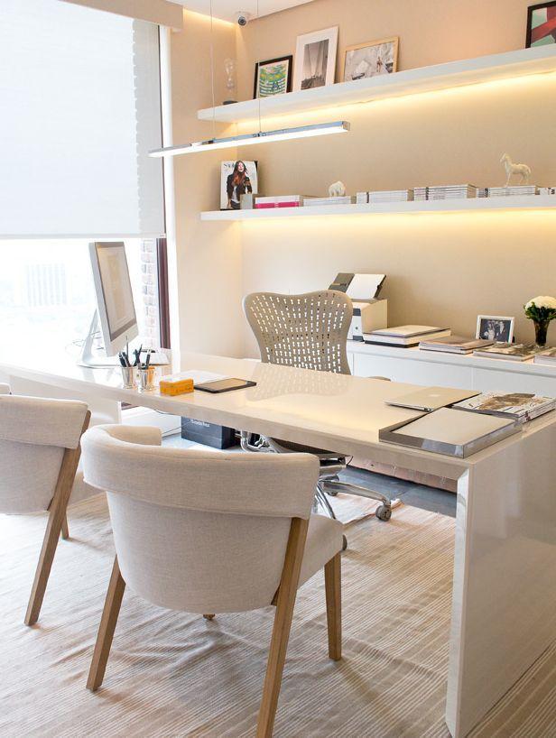 Oficina en casa color madera, luces led y sillas. Ambiente fresco y moderno.