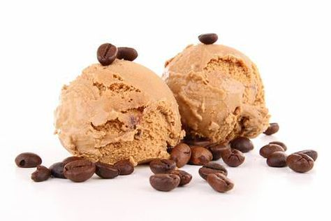 Mokka ijs met koffiebonen  150 ml koffieroom 150 ml zeer sterke, vers gezette koffie 4 eierdooiers 100 gram poedersuiker 300 ml koude slagroom 2 eetlepels ijskoud water