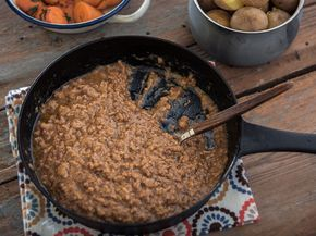 Perinteinen jauhelihakastike on parhaimmillaan keitettyjen perunoiden kanssa.