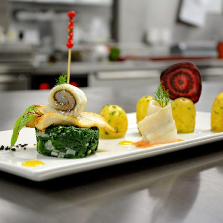 Todays special: Duett von Scholle und St. Petersfisch | Peperonisauce | Spinat | Kräuterkartoffeln | Beilagensalat