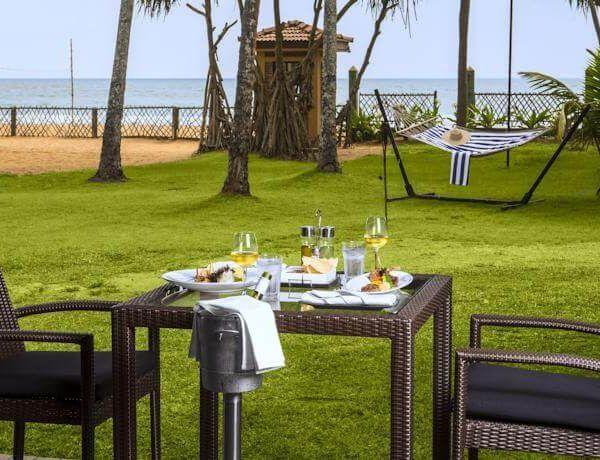 Отель Royal Palms находится в нескольких метрах от  пляжа Калатура, в 40 км к югу от Коломбо (Шри-Ланка) и в 3 часах езды от международного аэропорта Коломбо. К услугам гостей отеля Royal Palms Beach открытый бассейн, спа-салон и 3 ресторана.  Номера обставлены мебелью из дерева. В номерах: кондиционер, ванная комната, фен, спутниковое телевидение, удобства для приготовления чая и кофе, телефон, сейф.  Гости могут позаниматься в тренажерном зале, поиграть в теннис, бильярд...