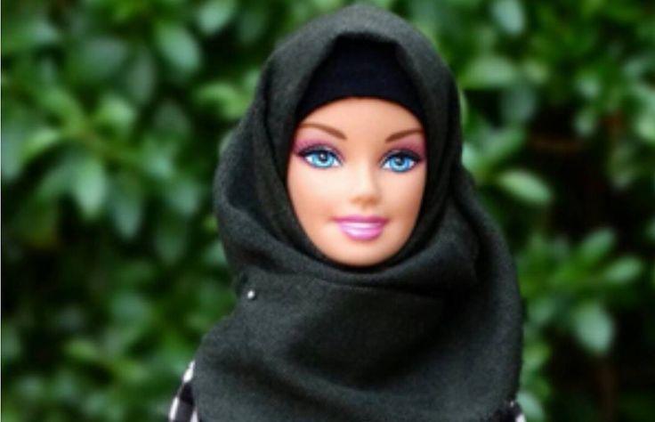 Instagram se rinde ante Hijarbie la Barbie musulmana.  Una estudiante nigeriana de 24 años: Haneefah Adam. apasionada del mundo de la moda es la responsable de (@hijarbie). En el perfil de Instagram creado por esta estudiante tiene por objetivo desarrollar toda una línea de ropa centrada en la moda musulmana para inspirar a las niñas y que tengan una muñeca con la que se sientan identificadas culturalmente  #haztenotar #instamood #instalike #redessociales #marketing #like4like #paraguana…