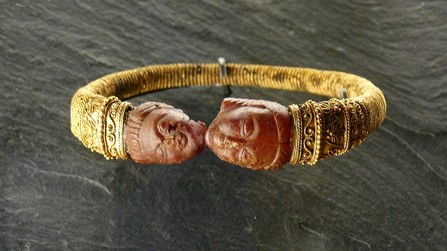 Golden bracelet with two amber heads    1st or 2nd century BC