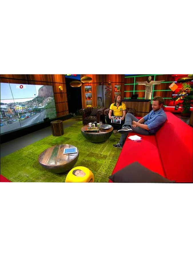 Kijk je naar het WK voetbal hebben ze bij NOs sportjournaal ook een prachtig patchwork tapijt. Zou die van bij ons zijn?