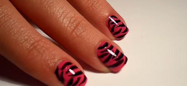 Modernas uñas de cebra en color fucsia - http://xn--decorandouas-jhb.com/modernas-unas-de-cebra-en-color-fucsia/