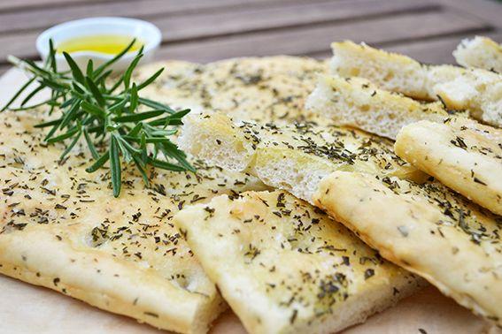 Rezept für selbstgebackenes Rosmarin Focaccia mit Meersalz. Ein perfekter Begleiter zum Grillen oder pur mit etwas Olivenöl. Italienisches Brot.