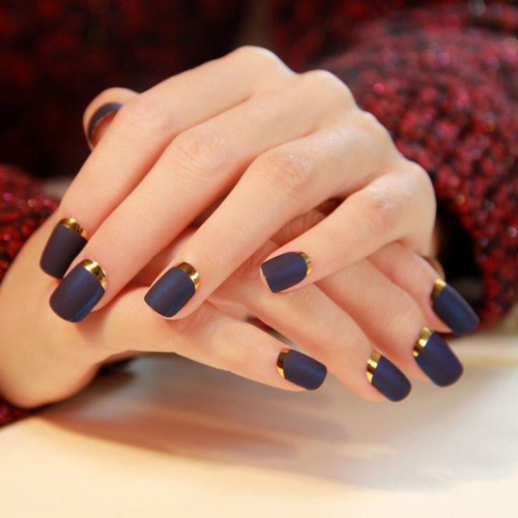 Uñas negras mate con dorado. Diseños de uñas elegante
