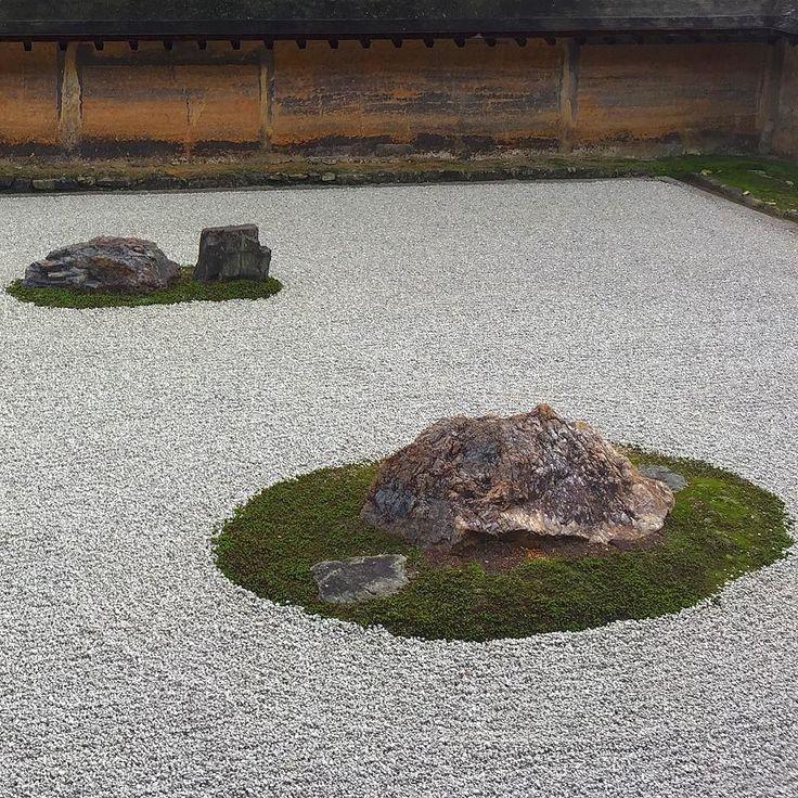 В саду камней #Рёандзи #садкамней #японскийсад #Киото #Япония #мидокоро #туроператор #чекаев #поехали #путешествуйте #дзен #дзэн #медитация #храмдракона