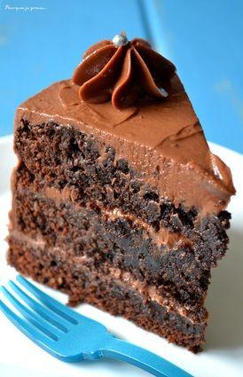 LAYER CAKE CHOCO / PRALINE (le gâteau : 250 g de choco noir, 200 g de beurre, 180 g de sucre, 4 oeufs, 100 g de farine, 1/2 sachet de levure, 50 g de cacao sucré, 100 g de poudre d'amandes)