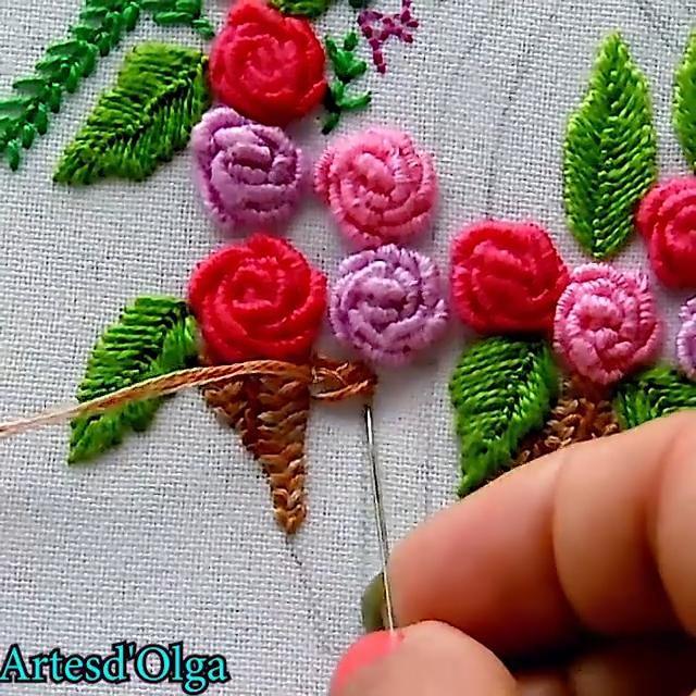 Mira cómo bordar una cesta de rosas en puntada rococó. Hand Embroidery Patterns Flowers, Hand Embroidery Videos, Embroidery Stitches Tutorial, Embroidery Flowers Pattern, Flower Embroidery Designs, Creative Embroidery, Simple Embroidery, Silk Ribbon Embroidery, Bullion Embroidery