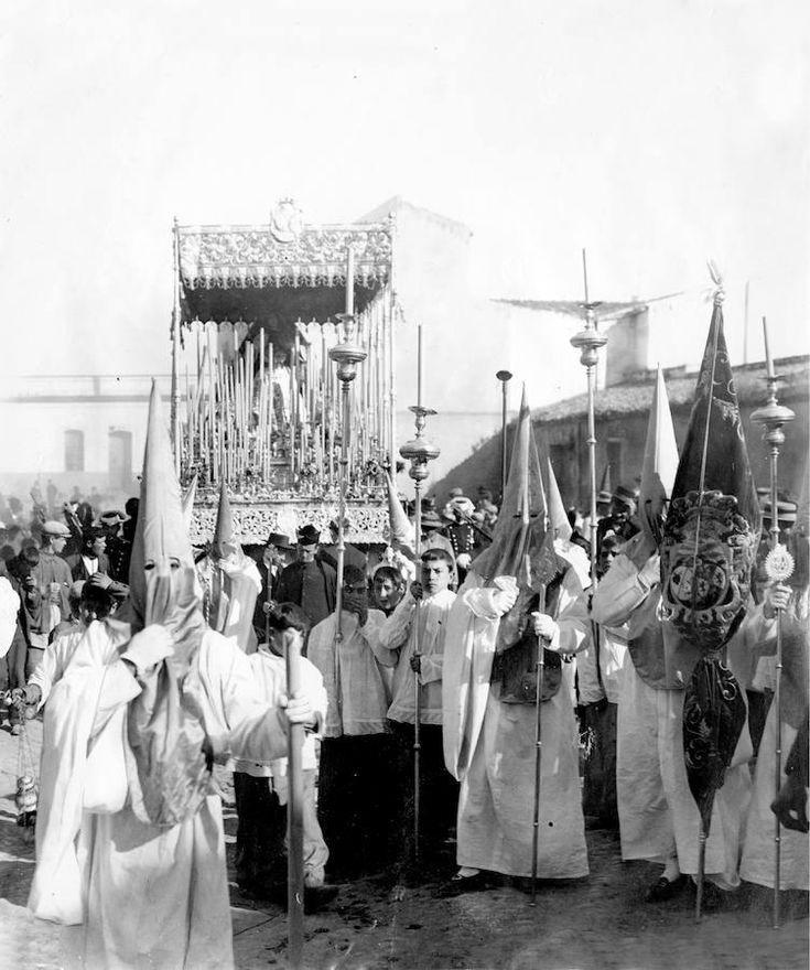 Paso de la Virgen de la Hiniesta en la Semana Santa de 1908 de Sevilla
