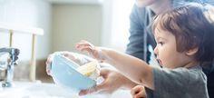 El método Montessori, reconocido por expertos de todo el mundo, tiene como pilar lograr la autonomía del niño. Además, expertos, pedagogos y psicólogos abogan por lo mismo. Los niños pueden vestirse solos, atarse los zapatos, recoger su habitación, poner la mesa, cargar el lavavajillas, hacer su cama... Los padres, en muchas ocasiones no exigimos estas tareas del hogar a los niños y somos nosotros quienes les hacemos perezosos y poco responsables.