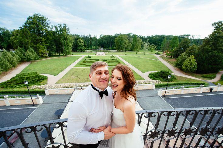 Chateau Liblice.Свадьба в Чехии. Свадебный фотограф в Чехии: вид на замок Либлице с балкона, портрет жениха и невесты