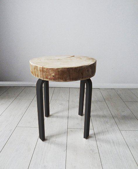 Stolik, który w zależności od potrzeby może pełnić   funkcje: stołka, stolika nocnego czy kawowego. Stolik wykonany jest z plastra naturalnego drewna, odpowiednio zaimpregnowanego w kolorze naturalnym o gr. 8 cm, nóżki ze sklejki w kolorze czarnym. Stołek idealnie pasuje do klasycznych jaki i nowoczesnych wnętrz.                 Wymiary:                wymiary siedziska: średnica 40-45 cm gr. 8 cm                 całkowita wysokość : 52 cm JEST MOŻLIWOŚĆ ZAMÓWIENIA STOŁKA W DOWOLNYM KOLORZE…