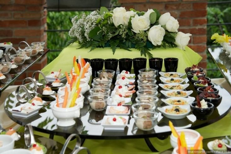 Tavolo buffet di ricevimento di nozze in color verde Greenery