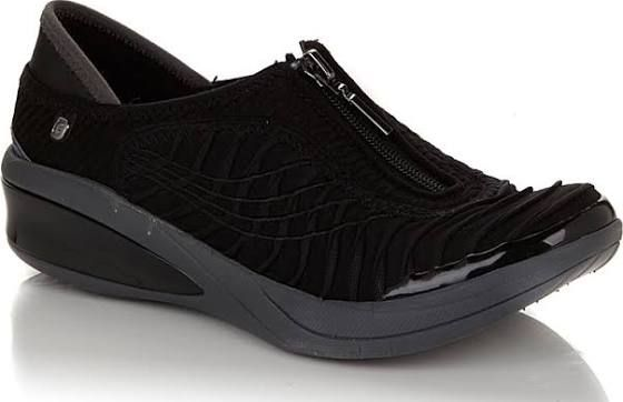 Under Armour Get B Zee Basketball Shoe Ready Set.. Run and Jump!! He will love his new Under Armour Get B Zee basketball shoes! This style features a mesh fabric upper with ventilated leather panels so his feet can breathe.