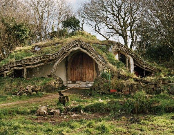 Erdhaus oder Hobbit Haus mit begrünten Dach.